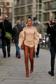 The Best Street Style Looks From London Fashion Week Fall 2020 - Fashionista London Fashion Weeks, Paris Fashion, Autumn Street Style, Street Style Looks, Camisa Beige, Girls Fall Outfits, Style Snaps, Cool Street Fashion, Ideias Fashion