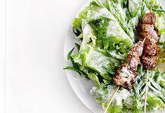 Salat mit Fleischspießen und Joghurt-Mohn-Dressing Ethnic Recipes, Salads, Poppy, Easy Meals, Food Food, Rezepte