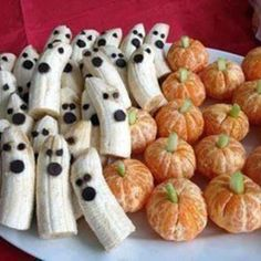 A healthy Halloween snack that couldn't be easier (or more adorable). Fun ideas for Halloween. Ghosts are made from bananas and chocolate. Pumpkins are made from oranges and celery. Cute Halloween snack for kids (and healthy too). Buffet Halloween, Bonbon Halloween, Halloween Torte, Postres Halloween, Soirée Halloween, Halloween Goodies, Halloween Food For Party, Halloween Birthday, Holidays Halloween