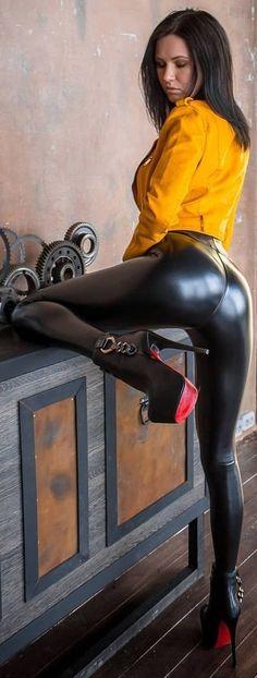 Leggings Mode, Wet Look Leggings, Shiny Leggings, Leggings Fashion, Leggings Are Not Pants, Sexy Latex, Leder Outfits, Black N Yellow, Leather Fashion