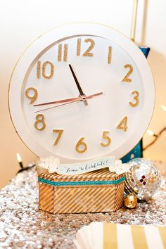 Love it countdown decor for around the party (house) table, fireplace, coffee table, kitchen counter/drinks....lol