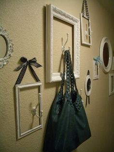 Decorate The Walls With Empty Frames (Translates from Greek) Nice Site! Empty Picture Frames, Empty Frames, Frames On Wall, Home Wall Decor, Diy Home Decor, Decoration Entree, House Inside, Frame Crafts, Deco Design