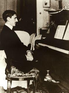La Calle José María Usandizaga fue un homenaje al gran músico y compositor donostiarra Usandizaga, (1887-1915). Es considerado como uno de los fundadores de la ópera vasca. El Restaurante Aitzgorri tiene su sede en el número 20 de dicha calle.