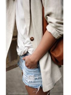 Over sized linen blazer, white tee with braided detailing, jean shorts and a leather bag. Blazer Outfits For Women, Jean Jacket Outfits, Blazers For Women, Look Blazer, Blazer And Shorts, Zara Shorts, Cream Blazer Outfit, Jean Shorts, Fashion Weeks