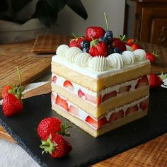 Cakes can be beautifully decorated in a number of ways Use Fruit Decorate is a good idea Fruit can be simple enough for everyday or elegant enough for special occasions and you don t need to invest years in learning how to do it Yummy Recipes, Delicious Desserts, Cake Recipes, Dessert Recipes, Healthy Desserts, Gateau Aux Oreos, Mini Cakes, Cupcake Cakes, Fruit Cupcakes
