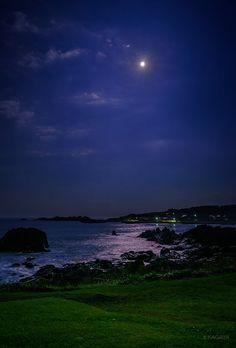 先ほど撮影した中秋の名月です。 晴れ間を求めて青森県までやってきました。 月光が海に降り注いでいます…  KAGAYAさんのTwitterで話題の画像