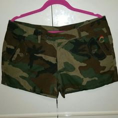 ARMY GREEN SHORTS - SIZE LARGE ARMY GREEN COOYAH DESIGNED SHORTS, ADD A FLAVOR OF THE CARIBBEAN IN THESE SEXY SHORTS..HAS COOYAH DESIGN IN FRONT WITH RED, GREEN AND GOLD COLORS HAS 2 FRONT FLAP POCKETS AND 2 BACK FLAP POCKETS ENCLOSED BY BUTTONS!  THIS SHORTS IS PRE LOVED AND IN VERY EXCELLENT CONDITION,  NO SPOTS,  STAINS OR RIPS! !!! UNKNOWN Shorts