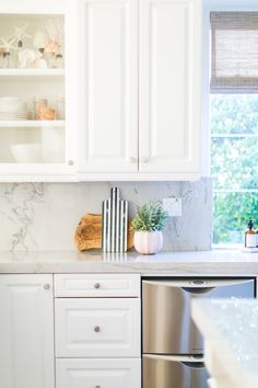 I am excited to reveal the Las Palmas Project. Take a look at this breezy coastal bohemian kitchen and then shop below to get the look. Kitchen Decor, Kitchen Dining, Bohemian Kitchen, Home Kitchens, Kitchen Marble, Kitchen Design, Kitchen Remodel, Kitchen Dining Room, Kitchen Layout