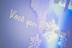 Festa Frozen linda com flocos de neve na decoração