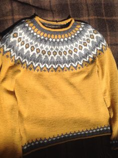 Riddari pattern by Védís Jónsdóttir Hand Knitted Sweaters, Knit Mittens, Sweater Fashion, Men Sweater, Fashion Fashion, Norwegian Knitting, Fair Isle Knitting Patterns, Icelandic Sweaters, Fabric Yarn