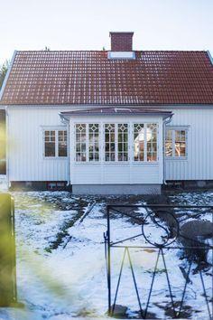 VACKER JUL I TRÄVILLAN: I den vita trävillan vid havet skapar Anna julstämning med massor av stearinljus och blommor. Men glädje, god mat och gemenskap är det som betyder allra mest i juletid. Familjen Wahlstam [...] lever ett liv på landsbygden utanför Kalmar i ett vackert 1940-talshus. Här är det lugnt och stillsamt. Havet ligger inpå knuten och Anna njuter av att gå långa promenader längs stranden | Maria Fors Östberg / foto Anne-Charlotte Andersson - Lantliv