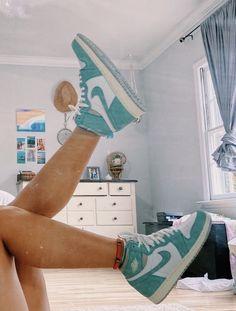 Jordan Shoes Girls, Girls Shoes, Nike Shoes Air Force, Aesthetic Shoes, Cute Sneakers, Hype Shoes, Mode Streetwear, Fresh Shoes, Pretty Shoes