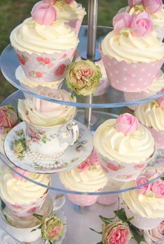 Life is What You Bake it!: Vintage Cake, Cupcakes & Tea Cups