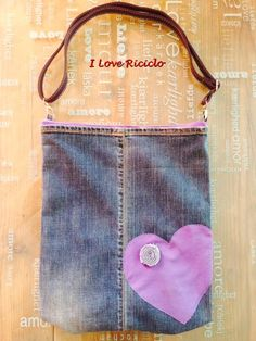 borsa jeans con maglione e cuore viola
