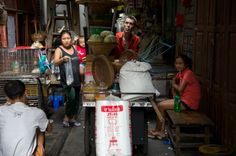 Samuel Montassier auf seinem Arbeitsweg: Jeden Nachmittag gegen halb drei schiebt der Franzose seine mobile Nudelküche an dieselbe Straßenkreuzung in Chinatown, Bangkok.