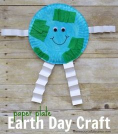 Earth This Earth day craft is a very fun and simple way to teach kids about our planet using paper plates. - This Earth day craft is a very fun and simple way to teach kids about our planet. Kids Crafts, Recycled Crafts Kids, Daycare Crafts, Classroom Crafts, Toddler Crafts, Recycled Art, Daycare Rooms, Recycled Materials, Earth Craft