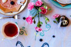 bloemen op tafel- Paastafel geïnspireerd door Emily Quinton- http://www.mylucie.com- easter table- flatlay- table setting