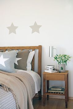 Calling all small space dwellers! Big city apartments, vintage home layouts, and modern space downsizing all call for design that […] Modern Bedroom Design, Master Bedroom Design, Home Bedroom, Bedroom Interiors, Preppy Bedroom, Home Decor Trends, Beautiful Bedrooms, Home And Living, Interior Design