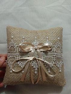 Almofadinha porta alianças - Casarshop Throw Pillows, Wedding Services, Crochet Hearts, Decorated Notebooks, Doors, Toss Pillows, Manualidades, Cushions, Decorative Pillows