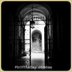 """La #PicOfTheDay #turismoer di oggi ci svela in blackandwhite un angolo nascosto di Bologna: """"Entra la luce/esce la luce""""   Complimenti e grazie a @binbaa"""