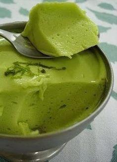 MOUSSE OF Avocado: large and ripe avocado 2 cups low-fat yoghurt Juice of 2 large lemons 7 tablespoons (soup) shallow crystal sugar 1 pack of colourless gelatin (prepared as instructed) Delicious Desserts, Dessert Recipes, Yummy Food, Vegetarian Recipes, Cooking Recipes, Healthy Recipes, My Favorite Food, Favorite Recipes, Pavlova