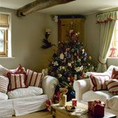 look at all the comfy pillows! Country Christmas, Christmas Traditions, Interior Decorating, Christmas Decorations, Comfy, Rustic, Traditional, Pillows, Living Room