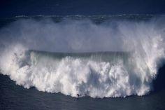 Surfen in Monsterwellen: Nazaré öffnet wieder seine Schluchten - S.2 - Sport | STERN.DE