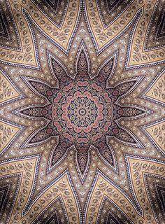 Arabesco - adorno pintado o labrado, compuesto de figuras vegetales y geométricas entrelazadas, utilizado en las construcciones árabes