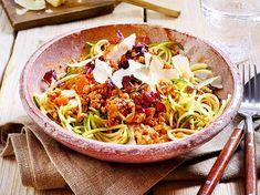 Zucchini pasta with chicken bolognaise Zucchini Spaghetti, Spaghetti Squash Recipes, Thai Beef Salad, Turkey Soup, Cooking With Olive Oil, Sweet Chilli, Spaghetti And Meatballs, Evening Meals, Chicken Pasta