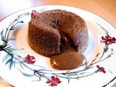 """""""Woman have many moods, chocolate satisfies them all!"""" (Så sant, så sant;-)) Det er meget viktig at du ikke steker for lenge, for her skal det renne varm sjokoladelava ut med en gang du skjærer i kaken (høres deilig ut...?:-)) Oppskriften gir 4 stk."""