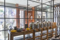 Bier, brouwketels en staal. De geur van Belgisch stoofvlees en huis gebrouwen bier komt je tegemoet bij Slot Oostende in het Zeeuwse Goes. Met een industrieel interieur dat past bij deze functie en authentieke locatie. Bakstenen wanden, cognac bruin leer, beton, houten gebinten en natuurlijk staal! #simplysteel #industrieelinterieur