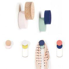 Patères design bicolores - Les patères design détrônent le portemanteau - Elle Décoration