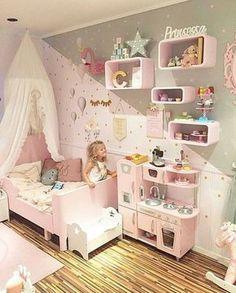 Será que essa garotinha gosta do quarto dela? Eu ameiiiiiiii... imagem @sukkerdrom #festejarcomamor #kids #kidsroom #kidsinteriorstyling #quartoinfantil #quarto #quartodemenina #arquitetura #design #maedemenina #maternidade