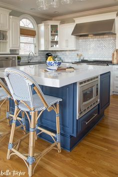 The Best Kitchen Cabinet Paint Colors - Bella Tucker Decorative Finishes Best Kitchen Cabinet Paint, Best Kitchen Cabinets, Blue Cabinets, Painting Kitchen Cabinets, Kitchen Styling, Kitchen Decor, Kitchen Design, Kitchen Ideas, Cabinet Paint Colors
