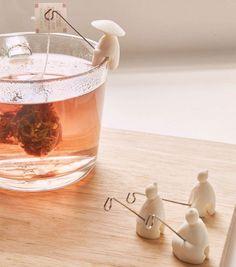 Installez ces petits personnages qui respirent la zen attitude sur le rebord de votre tasse de thé, et accrochez-y votre sachet de thé pour le laisser infuser tranquillement.