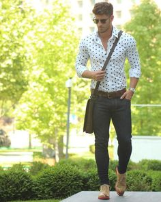 Shop this look on Lookastic: https://lookastic.co.uk/men/looks/dress-shirt-skinny-jeans-oxford-shoes/17283 — Black Sunglasses — White and Navy Polka Dot Dress Shirt — Silver Watch — Dark Brown Leather Belt — Dark Brown Leather Messenger Bag — Black Skinny Jeans — Tan Leather Oxford Shoes Fashion Moda, Fashion Fashion, Fashion Shirts, Mens Fashion Blog, Fashion Advice, Mens College Fashion, Fashion News, Tall Men Fashion, Fashion Trends