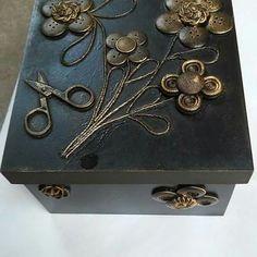 Feito com botões.   #ateliêcheirodechá #euquefaço #euamooquefaço #ES #rosimericolodetti #decor #artesanal #handmade #botões #betume #feitoamão #feitoamao