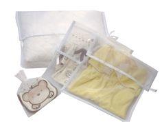 Kit maternidade em organza branca com acabamento em viés. 8 unidades. Um para a manta 35x40, seis para a troca diária 30x30 e um 20x20 saquinho com fita de cetim.    Cuidados com o produto: Lavar manualmente, por imersão com sabão neutro, não usar alvejantes, não torcer, secar naturalmente na vertical, não passar a ferro, não colocar na secadora, não colocar na lavadora de roupas. Seguindo as instruções garantimos a qualidade do produto.