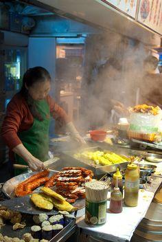 Street food in Hong Kong, China Hong Kong Street Food, Asian Street Food, Street Food Market, Street Vendor, China, Asian Recipes, Love Food, Foods, Cooking