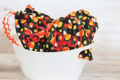 Simple tutorial on how to make DIY Halloween treat bags for school parties, family gatherings or as gifts for friends and family. Diy Halloween Treats, 31 Days Of Halloween, Halloween Projects, Small Drawstring Bag, Fall Sewing, How To Make Diy, Fabric Ribbon, Holidays And Events, Fall Crafts