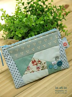 Patchwork Bag: 45 Models and Step by Step Fabric Purses, Fabric Bags, Fabric Dolls, Patchwork Bags, Quilted Bag, Bag Quilt, Quilt Top, Patch Quilt, New Crafts