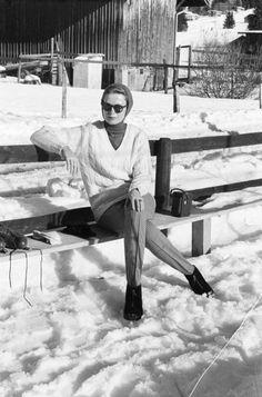Grace Of Monaco On Holiday In St Moritz. Suisse, 8 février 1962, la Princesse GRÂCE DE MONACO, en vacances dans la station de ski Saint-Moritz. GRÂCE DE MONACO, portant des lunettes noires et un bonnet, assise sur un banc.