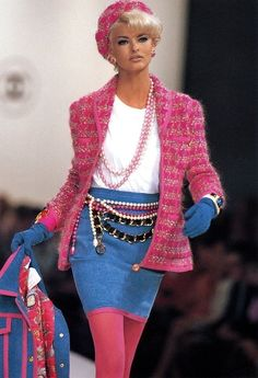 CHANEL - Vintage - FW 1991 - Model: Linda Evangelista *k.i hope nobody would seriously wear this unless you wanted to look like a barbie that the good fairies in sleeping beauty messed the colors up on <_: Chanel Fashion Show, 80s Fashion, Fashion Week, Fashion History, Runway Fashion, Fashion Models, High Fashion, Vintage Fashion, Fashion Outfits