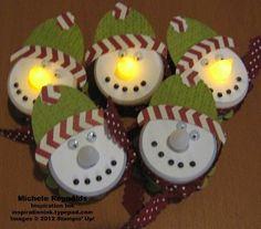 Sneeuwman, gemaakt van waxinelichtjes met batterij.