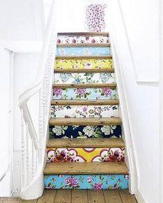 Une déco d'escaliers avec du papier peint à motif fleuri