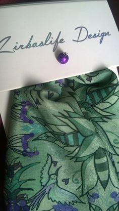 Vihreän ja turkoosin sävyt läikehtivällä silkillä, Zirbaslife Design. Huiveja vain pieni 8kpl erä! Laatutietoiselle Designia Suomesta! Printattu ja ommeltu myös suomessa!