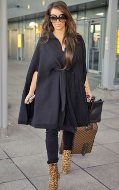 Kim Kardashian in a poncho coat, dislike boots Estilo Kardashian, Looks Kim Kardashian, Kim Kardashian Pregnant, Kardashian Style, Kardashian Fashion, Autumn Look, Fall Looks, Autumn Winter Fashion, Fall Winter