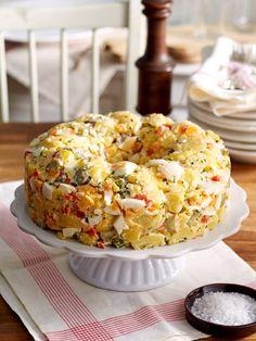 Kartoffelsalat geht immer. Vor allem dann, wenn er aus der Springform und nicht aus der Schüssel kommt. Heute vorbereiten, morgen essen -