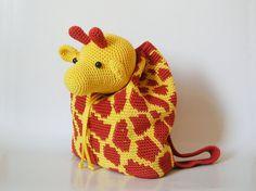 Practica la técnica tapestry crochet para hacer la textura de jirafa y formar el bolso, después haz la cabeza de la jirafa que funciona como tapa y da el toque alegre al diseño. Las asas de la mochila pueden tejerse para niños de 3 a 6 años de edad (el niño en la foto tiene 3 años). La mochila es de un solo tamaño.  NIVEL DE DIFICULTAD Intermedio: Para este diseño se usan puntadas esenciales de ganchillo, aumentos básicos, patrón de tapestry crochet de nivel medio y técnicas simples de…