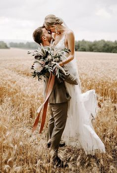 33 Gorgeous Cute Wedding Photos Bride And Groom Wedding Forward Wedding Picture Poses, Funny Wedding Photos, Romantic Wedding Photos, Wedding Couple Poses, Romantic Weddings, Outdoor Wedding Pictures, Bridal Pictures, Country Weddings, Vintage Weddings